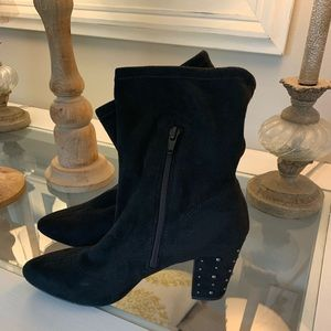 🎃Black suede Vera Wang low boots! Size 9🖤
